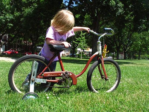 mengajari si kecil naik sepeda