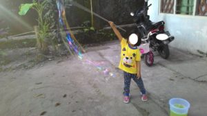 Fafa bermain giant bubble